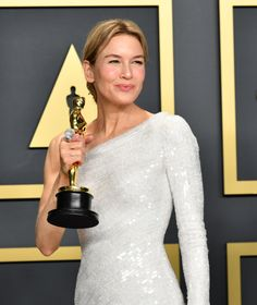 Hollywood stars pictured celebrating with their Oscars statues in the press room of the Annual Academy Awards in Hollywood. Bridget Jones's Diary 2001, Roxie Hart, Oscar Academy Awards, Best Actress Oscar, Oscar Gowns, Michelle Monaghan, Renee Zellweger, The Best Films, Oscar Winners