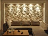 mediterrane Wohnzimmergestaltung mit einer beleuchteten Wohnzimmerwand aus Stein
