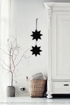 Nordic Christmas Kindesign If you're thinking of decorating your home in a Nordic-inspired Christmas theme this year, we have numerous ideas to create a fun and festive scheme. Decoration Christmas, Christmas Themes, Winter Christmas, All Things Christmas, Vintage Christmas, Christmas Crafts, Xmas, Christmas Stars, Modern Christmas