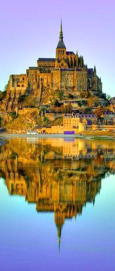 Mont-Saint-Michel en la oscuridad en Normandía, Francia.