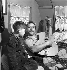 Django Reinhardt, el gitano que revolucionó el jazz. Gypsy Jazz Guitar, Music Guitar, Smooth Jazz, Django Reinhardt, Musician Photography, Old Music, Jazz Musicians, Jazz Blues, Blues Rock