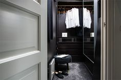 Design noir dans un appartement de 53m2 - PLANETE DECO a homes world Style Tropical, Ikea, Walk In Wardrobe, Dressing, Home Decor, Bedroom, Black, Black Barn, Contemporary Style