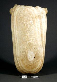 Gran vaso realizado en alabastro de color marfil. Estos sigulares vasos fueron fabricados originariamente en Egipto y estaban destinados a contener caros perfumes y vinos exquisitos como presentes de los faraones, o como ofrendas a los dioses. En la sociedad fenicia se documentan sobre todo como elementos funerarios vinculados a la aristocracia.Localizado en Adra. Cronología: Siglo VII antes de nuestra era.