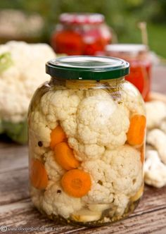 Use your extra veggies to make this quick and easy vegetable ferment for snacks or a crunchy side dish. Kefir Recipes, Garlic Recipes, Canning Recipes, Kitchen Recipes, Raw Food Recipes, Healthy Recipes, Pickled Cauliflower, Cauliflower Recipes, Kambucha Recipe