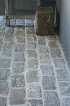 Beautiful idea for flooring with these raw stones. Foyer Flooring, Patio Flooring, Brick Flooring, Kitchen Flooring, Floors, Flooring Ideas, Castle Stones, Stairs In Kitchen, Natural Stone Flooring