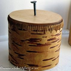 Tampad näverburk med en egensmidd spig i locket. Birch Bark, Native Art, Container, Baskets, Table, Canisters, Crafts, Inspiration, Furniture