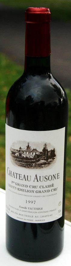 """11. Septembert 2014 - Châteaux Ausone: Ausone 1997, Saint-Emilion Grand Cru, Bordeaux - Damals gab es nur zwei Grand Cru A in Saint-Emilion (jetzt sind es vier: Ausone, Cheval Blanc, Angélus und Pavie); damals waren diese Weine – aus heutiger Sicht – noch """"bezahlbar""""; heute ist die Verhältnismässigkeit verloren gegangen. Reine Presige- und Spekulationsobjekte. Schade! Der Lieblingswein meiner Frau war (damals) Ausone."""