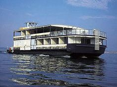 Is it really possible to live on a houseboat?different types of houseboats that are commonly used as fulltime dwellings of vacation homes. Houseboat Living, Canal Boat, Tug Boats, Pontoon Boat, Weekend Trips, Water Crafts, Rustic Design, Rafting, Luxury Travel