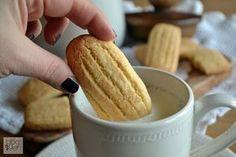 Paste da inzuppo, ricetta della nonna, dei biscotti semplici con burro da panne riposate, uova biologiche, farina, zucchero di canna, per colazione.