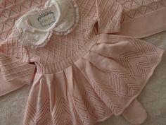 DESCRIÇÃO: -Vestido de linha anti-alérgico, cor rosa bebê, com gola dupla sendo a de cima toda bordada com aplicação de pérolas e a de baixo arrematada com renda. - Legging de linha anti-alérgica, cor rosa bebê, com pezinho. -Manta toda texturizada, cor rosa bebê, medindo 85X 89cm. TAMANH...