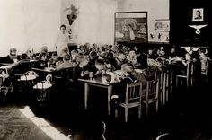 Kindergarten o jardín de infancia alemán de Lohr durante el Tercer Reich (foto sin datar). Nótese el retrato de Hitler y el águila con la esvástica. Se conservan fotos anteriores a 1933 del mismo jardín de infancia en las que en ese lugar de la pared había un crucifijo.