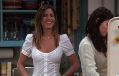 This is an article about the best outfits worn by Rachel Green in the sitcom FRIENDS. Rachel Green Outfits, Friends Rachel Outfits, Estilo Rachel Green, Rachel Green Hair, Rachel Green Friends, Rachel Green Style, Friend Outfits, Rachel Friends Hair, Jennifer Aniston Style