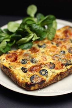 Feed Me Better: Dietetyczna frittata z warzywami. Healthy Meats, Healthy Recepies, Healthy Snacks, Healthy Eating, Diet Recipes, Cooking Recipes, Good Food, Yummy Food, Going Vegetarian