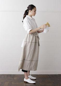 ロングエプロンスカート | nooy / ヌーイ Japanese Apron, Japanese Sewing, Short Girl Fashion, Natural Clothing, Linen Apron, Uniform Design, Apron Designs, Apron Dress, Fashion Story