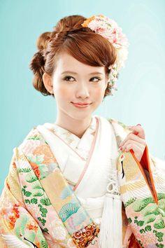 cute kimono bride and that wonderful kanzashi headpiece Kimono Japan, Japanese Kimono, Costumes Japan, Cute Kimonos, Japanese Wedding, Japanese Brides, Modern Kimono, Kimono Design, Wedding Kimono