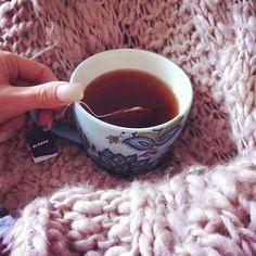 Kom nyss hem efter en blöt pw med mamma☔ Byter ut kaffet mot te, drar på mig mysfilten och gonar ner mig i soffan framför #nymo  #autumn #Padgram
