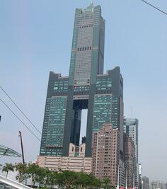 Gratte-ciel à deux jambes, on remarque facilement la Tuntex Sky Tower à Taïwan