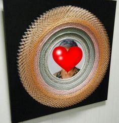 Modelo LinhasdoCunha. Quadro 3D de linhas e pregos com foto sob base de madeira pintada.