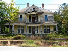 Abandoned House in Camak, a small town in Georgia. Abandoned Buildings, Old Abandoned Houses, Abandoned Castles, Abandoned Mansions, Old Buildings, Abandoned Places, Chapman House, Haunted Places, Spooky Places