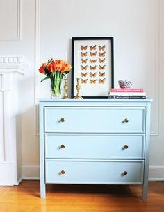Pinta todos tus muebles grandes de azul, como tu cómoda. | 23 Maneras de decorar tu cuarto si amas el color azul