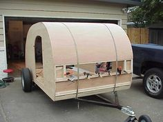If you love compact travelling, a teardrop trailer camper is the one for you. With these free teardrop trailer camper plans, you can build an exciting one on the budget! Truck Camper, Build A Camper, Tiny Camper, Small Campers, Camper Trailers, Teardrop Trailer Plans, Building A Teardrop Trailer, Trailer Diy, Trailer Build