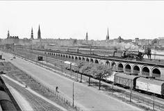Blick vom Hafenschuppen auf die Pfeilerbahn, wo ein mit der Baureihe 03 bespannter Reisebürosonderzug, bestehend u.a. aus TOUROPA-Liegewagen, die Hansestadt in Richtung Süden verlässt. Gut 100 Jahre nach ihrem Bau wurde die Pfeilerbahn Anfang dieses Jahrhunderts durch einen aus Spundwänden bestehende Überführung ersetzt. Foto: eisenbahnstiftung.de .
