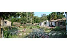 Un #jardin_méditerranéen ne nécessitant aucun #arrosage pour cette maison dont les #facades ont été repensées en même temps que le projet de jardin: grande #baie_vitrée et #terrasses_bois spacieuses marient jardin et intérieur dans un même espace à vivre. En guise de #pelouse un #couvre-sol qui ne nécessite ni tonte ni arrosage.  #dry_garden #ground-cover #bay_window #mediterranean_garden #wood_terraces #watering_free_plantations