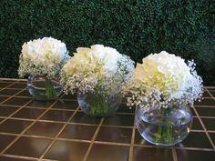 Centres de table hydrangées et gypsophile dans vase bulle - 20$ ch.