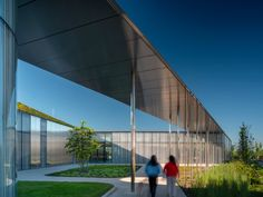 A hill-like green roof with a skylight helps to blend this public library by Toronto architecture firm RDHA into its grassy surrounds. Toronto Architecture, Architecture Life, Contemporary Architecture, Glazed Walls, Picnic Area, Sustainable Design, Skylight, Pilot, Public
