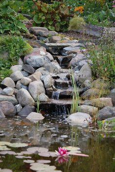 Vattnet syresätts med hjälp av en pump som cirkulerar vattnet via en konstgjord bäck
