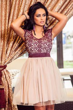 Rochie Wendy Lila - Rochie cu dantela in partea superioara si tull in partea inferioara este o rochie ideala pentru petrecerile tale. Alege delicatetea unei rochii tip baby-doll si vei deborda de senzualitate! material neelastic fermoar lateral cordon in talie tul dublat de voal si jupon in partea inferioara Produs in Romania Dimensiuni disponibile: S, M, L, XL Colectia Rochii de ocazie de la  www.rochii-ieftine.net