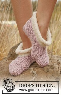 """Knitted DROPS slippers in """"Nepal"""" with edge in """"Alpaca Bouclé"""". ~ DROPS Design"""
