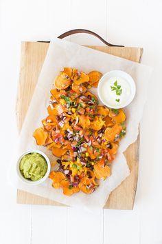 Dit recept voor zoete aardappel nacho's komt uit mijn nieuwste boek Feel Good Food. De nacho's van zoete aardappel zijn lekker en verantwoord.