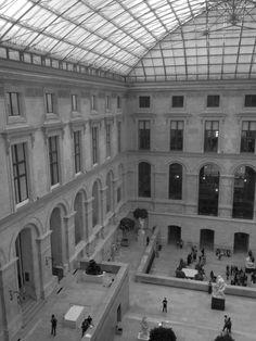 Pátio interno do Museu do Louvre - Paris - Foto: Arquiteta Cláudia F. Ferreira