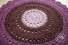 Okrągły bawełniany dywan robiony na szydełku z włóczki t-shirt/spaghetti pochodzącej z recyklingu.