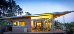 10 modern bungalows you can build on a low budget (From Dayan Buensuceso - homify) Modern House Plans, Modern House Design, Bungalows, Flat Roof Design, Flat Roof House, Single Story Homes, Storey Homes, Shed Homes, Modern Exterior