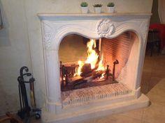 Authenticité et ambiance chaleureuse autour d'un feu de cheminée. Réalisation en pierre de provence, par Atre Design, spécialiste des cheminées et poêles sur le Var depuis 18 ans. www.atredesign.fr