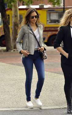 Jessica Alba Nails Autumn Dressing In A Grey Biker Jacket Jessica Alba Outfit, Jessica Alba Casual, Jessica Alba Style, Casual Outfits, Fashion Outfits, Womens Fashion, Jeans Outfit For Work, All Star, Casual Looks