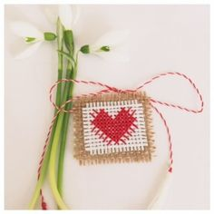 martisor cusut motiv inima Spring Projects, Diy Projects, Folk Embroidery, Quilling Cards, String Art, Small Gifts, Origami, Cross Stitch, Homemade