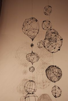 DIY: Hanging wire orbs & pods by gilhooly studio, Wire, sticks or string with a balloon and glue. Stylo 3d, Chocolate Lab Puppies, Wire Drawing, 3d Pen, Sculpture Art, Wire Sculptures, Abstract Sculpture, Bronze Sculpture, Art Nouveau