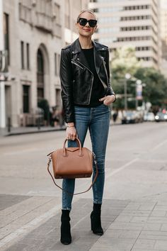 Leather jacket outfits are a must for every girl, as this piece. Informations About Leather Jacket Trendy Fall Outfits, Winter Outfits, Casual Outfits, Fashion Mode, Look Fashion, French Fashion, Fashion Trends, Black Leather Jacket Outfit, Black Booties Outfit