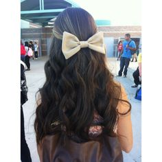 Curly hair with a bow ❤ liked on Polyvore featuring hair, hairstyles, hair styles, beauty and icons