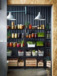 Despensa organizada con estanterías de madera