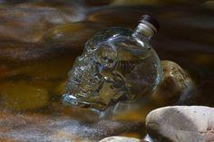 """Crystal Head Vodka är en exklusiv och exceptionellt ren vodka i en unik flaska. Basen i Crystal Head Vodka är det klara vattnet från ön Newfoundland i Kanada där produkten framställs. Vodkan destilleras fyra gånger och filtreras tre gånger genom ett speciellt kristallfilter. Mycket arbete går åt, men resultatet är en helt ren, mjuk vodka utan tillsatser som bland annat vunnit utmärkelsen """"Double Gold Medal"""" i San Francisco World Spirits awards 2011 Crystal Head Vodka, Newfoundland, Ren, Crystals, San Francisco, Products, Canada, Newfoundland Dogs, Crystal"""