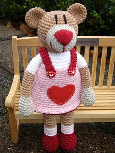 Valentina Bär ♥ von Schneckenkind auf DaWanda.com Crochet Teddy, Crochet Bear, Crochet Animals, Crochet Dolls, Crochet Hats, Knitting Patterns, Crochet Patterns, Baby Rattle, Amigurumi Toys