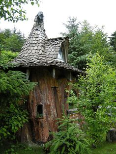 Learn how to turn a dead tree stump into a cute fairy house or gnome house. Fairy Houses, Play Houses, Hobbit Houses, Casa Dos Hobbits, Gnome House, Witch House, Witch Cottage, In The Tree, Big Tree
