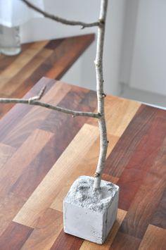 ARBOL DE RAMAS DE ESTILO NÓRDICO     Materiales:   Hormigón o cemento   1 caja de carton   1 rama de un arbol            Poner el cem...
