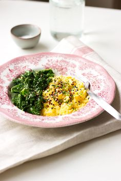 Switch up your scrambled eggs by giving them an asian touch with these sesame scrambled eggs with garlic kale! Loaded with nutrients and flavour!