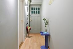 Clam and minimalist corridor with a beautiful old entrance door and a small blue sidetable. Check out our website to find more inspiration! Painted Walls, Entrance Doors, Clam, Corridor, Small Apartments, Bunt, Modern, Minimalist, House Design