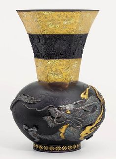 Ozeki Yahei was especially wellknown in the West as a broker for the highest quality metalwork objects. Ozeki commissioned works from such leading metalworkers. Vases Decor, Art Decor, Cool Dragons, Meiji Era, Hanging Lanterns, Japan Art, Dragon Art, Flower Vases, Metal Working